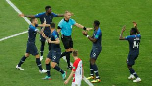 [VIDEO] Así fue el polémico primer VAR en la historia de las finales del Mundial
