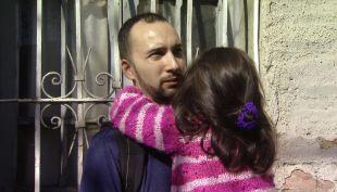 [VIDEO] Vecino héroe rescata a niños de incendio