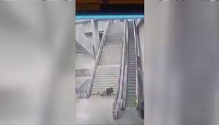 [VIDEO] Increíble caída en escaleras del Metro
