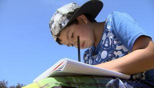[VIDEO] La verdad del niño que vende sus dibujos