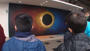 [VIDEO] Inauguran mural de eclipse solar en Estación Central
