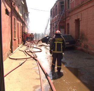 [T13] Incendio en cité de Santiago destruyó 17 viviendas y terminó con una mujer desaparecida