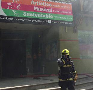 Bomberos controla incendio en Providencia: dos personas resultaron con heridas menores