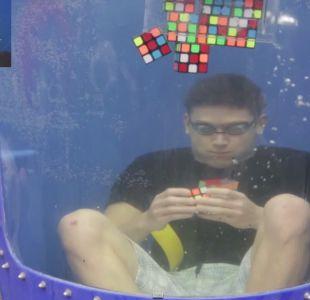 [VIDEO] Resuelve 8 cubos Rubik en un respiro y logra record guinness