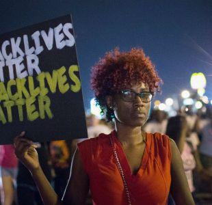 Personas se maniestan en Ferguson en vísperas del primer aniversario de la muerte de Michael Brown