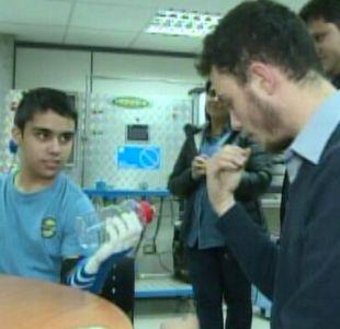 Un niño de 13 años recibió la segunda protesis de mano confeccionada en una impresora 3D