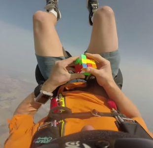 [VIDEO] Osado paracaidista resuelve cubo rubik en caída libre