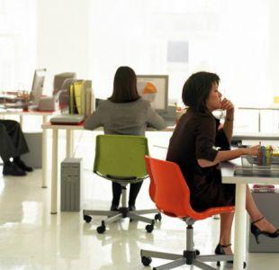 Estar sentado puede ser tan dañino como fumar, aseguran varios estudios científicos.