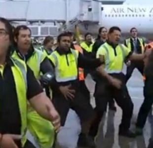 [VIDEO] Personal del aeropuerto de Auckland recibe con Haka a campeones All Blacks