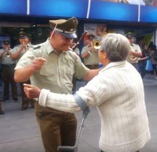 Carabineros sorprende interpretando tema de Américo y abuela responde con animado baile
