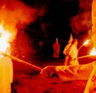 Capuchas blancas y cruces encendidas son dos de los símbolos más reconocibles del Ku Klux Klan, la más grande y antigua de las organizaciones supremacistas blancas en EE.UU.