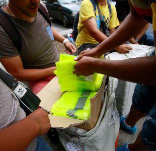 [FOTOS] Locura por comprar chalecos reflectantes en barrio Meigss