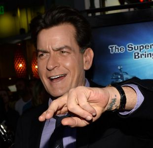 Charlie Sheen es demandado por exponer a ex pareja al VIH