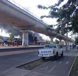 Bus del Transantiago se incendia en Vicuña Mackenna y provoca suspensión del tránsito