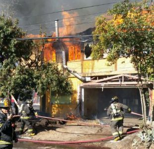 Bomberos controlan incendio en locales comerciales de Peñalolén