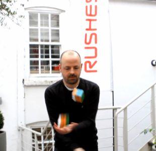[VIDEO] Mira a este hombre resolver 3 cubos Rubik mientras haces malabares en 20 segundos