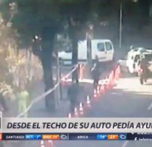 [VIDEO] Hombre saltó al techo de su auto para evitar que se lo robaran
