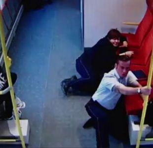 [VIDEO] El momento en el que un conductor de tren corre por los pasillos alertando que van a chocar