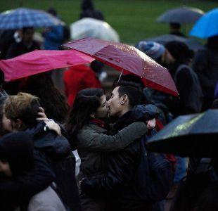 """[FOTOS] Así fue la """"besatón"""" bajo la lluvia por la educación pública"""