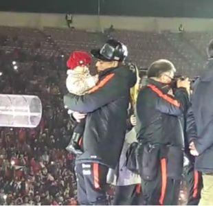 Eduardo Vargas cantó himno de Chile junto a su pequeña hija
