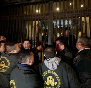 [FOTOS] El intento de los gendarmes de encadenarse al Ministerio de Justicia