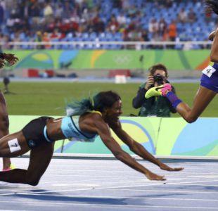 Atleta de Bahamas se lanza al suelo para ganar medalla de oro en los 400 metros planos
