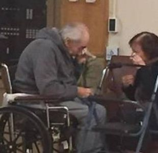 La foto más triste: pareja que lleva casada 62 años es obligada a separarse