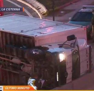 [VIDEO] Volcamiento de camión genera congestión en La Cisterna