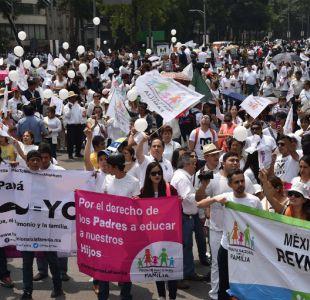 Vestidas de blanco, miles de personas marchan contra matrimonio gay en México