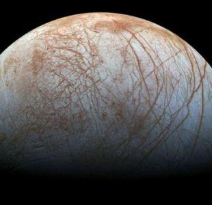 Europa, satélite natural del planeta, es uno de los mejores lugares en el Sistema Solar para buscar vida extraterrestre.