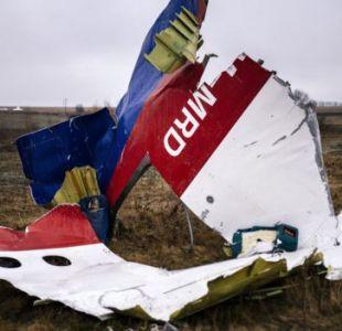 Partes del vuelo MH17 de Malaysia Airlines en el lugar donde se estrelló, cerca de la villa Grabovo, en Ucrania.