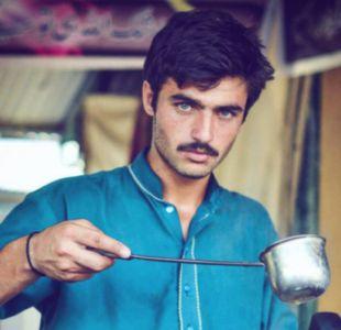 Arshad Khan, de 18 años, vende té en el mercado libre de los domingos en Islamabad.