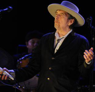 El gesto con el que Bob Dylan reconoció momentáneamente el Nobel de Literatura