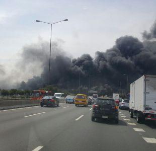Gran incendio se registra en las cercanías del aeropuerto de Santiago