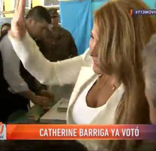 [VIDEO] Cathy Barriga llega a votar acompañada de partidarios