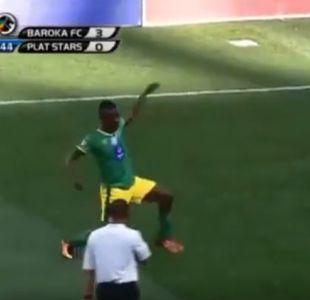 [VIDEO] Futbolista recibe cartulina amarilla por estos extraños regates