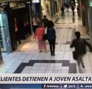 [VIDEO] Clientes frustran un asalto en centro comercial