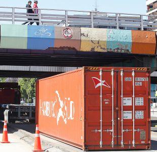 Camión con container no logró pasar debajo de un puente en Américo Vespucio