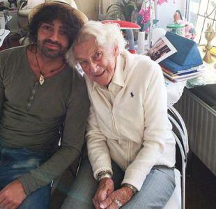El estudiante universitario Sores Duman enseñó a Marty Weulink, de 91 años, a usar un iPad.
