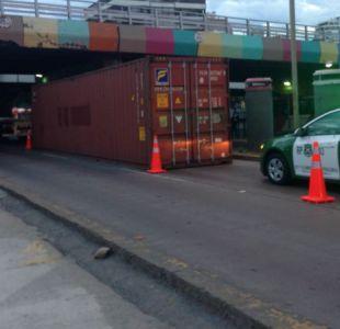 Caída de contenedor bloquea el tránsito vehicular en las cercanías de la Escuela Militar