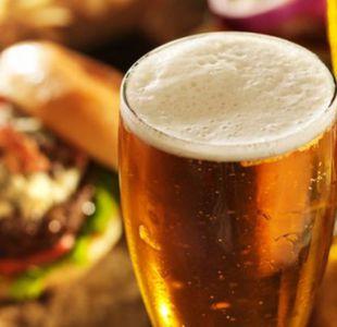 El mismo alcohol tiene muchas calorías. Una copa grande de vino, por ejemplo, puede tener tantas como una dona.