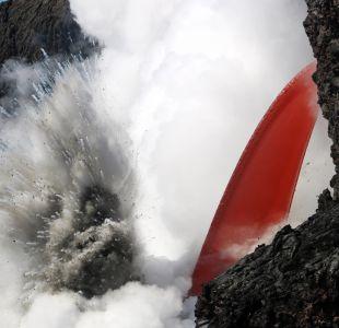 Volcán Kilauea forma una catarata de lava en el mar