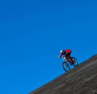 [VIDEO] Austriaco bate récord bajando cerro chileno a 167 kilómetros por hora en bici