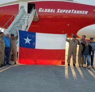 Tripulación del SuperTanker autografió poleras para rematarlas en beneficio de bomberos