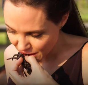 Angelina Jolie explica cómo comer tarántulas y escorpiones en nuevo video