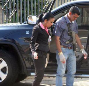 Investigadores observan la escena del crimen del empresario Bruno Allio Bonetto.