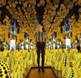 """Las psicodélicas """"habitaciones infinitas"""" de Yayoi Kusama, la reconocida artista japonesa que vive en un psiquiátrico"""