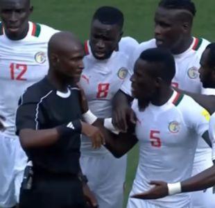 [VIDEO] Por este extraño penal árbitro fue suspendido de por vida por la FIFA