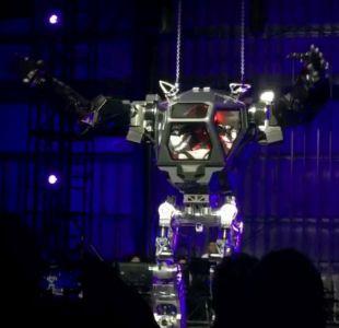 """[VIDEO] El divertido momento que vivió el dueño de Amazon """"tripulando"""" un robot"""