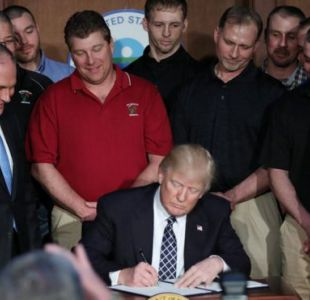 El presidente Trump firmó este martes la orden ejecutiva para eliminar el Plan de Energía Limpia impulsado por Barack Obama.